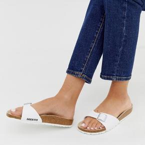 De har kun været prøvet 🌸  Kassen medfølger ikke, da jeg smed den ud, da jeg havde stillet sandalerne på hylden   #30dayssellout