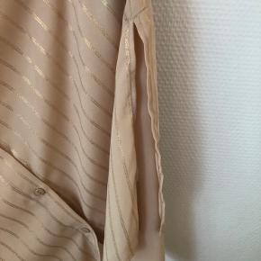 Bindebåndskjole med slids i begge sider