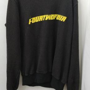 Lækker 424 sweatshirt, har cracking i logoet men ikke noget der er tydeligt på afstand