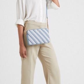 Michael Kors Crissbodies taske. Brugt meget lidt sidste sommer  Tasken er 24 cm lang, 17 cm høj og er 5 cm bred.