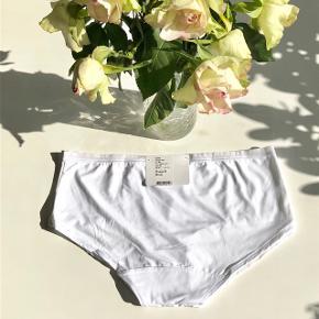 """Femilet """"Alma"""" pants x2 str. 40 i hvid 🐩  Byd gerne kan enten afhentes i Aarhus C eller sendes på købers regning 📮✉️"""