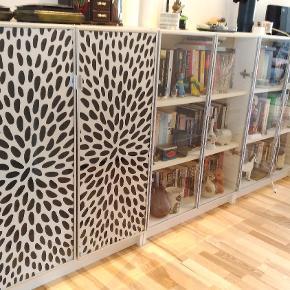 2 stk Billy reoler fra IKEA sælges.  Prisen er per styk (nypris 700 kr stykket). De har vitrinelåger i glas med aluminumsramme. De er i god stand, dog er der nogle skønhedsfejl på toppen af hvert skab (billede 3), derfor den lave pris.