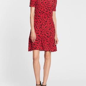 Mega fin silke kjole i print - knapper på arme men åbning lille derfor jeg sælger - brugt 1 gang - fitter 36/38  Animal print - leopard - sommerkjole