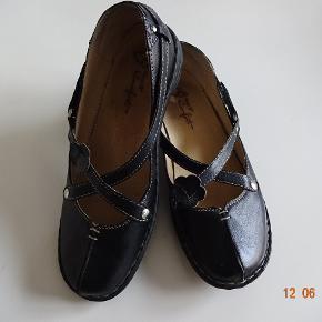 Behagelige sko sælges ( Mary B. Comfort, brugt 2 gange det er en str 39, foden måler 26 cm. Sælges for 200 kr + porto.  Se også de andre annoncer jeg har