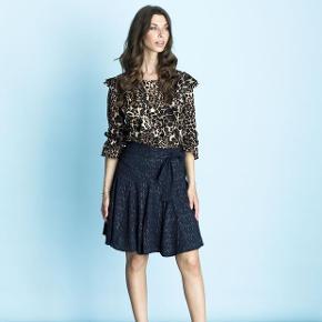 Leopard mønster. Materiale: 95% Polyester, 5% Spandex. Stor i str.