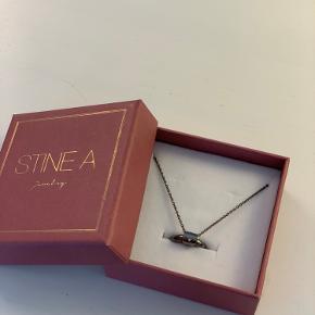 Sælger denne Stine A halskæde. Fik den i 2018, aldrig gået med den. Halskæden er udgået og kan ikke fås længere.