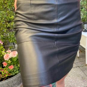 Helt ny aldrig brugt lammeskinds nederdel