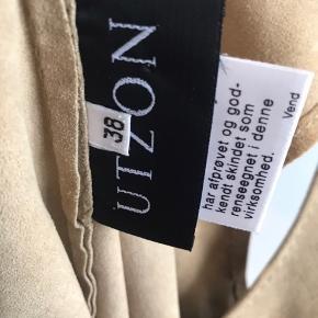 Sælger denne smukke top i ruskind/camel farvet fra UTZON :-) Brugt to gange og fremstår som ny :-)  Sendes gerne på købers regning og handles der over TS, tillægges gebyr🌸