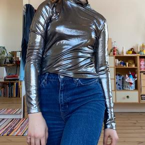 Sjov fest trøje fra Monki. Har en fed metallisk/sølv farve! Også er stoffet er super let;)  #30dayssellout