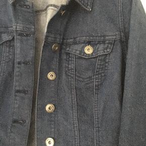 Super fin Jeans jakke som kun er brugt ganske få gange.