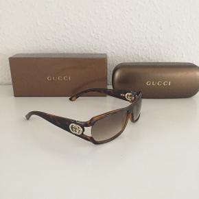 Super fede Gucci solbriller med tonede glas samt det klassiske gg-logo i guld på stængerne der er besat med strass sten som virkelig giver solbrillen et eksklusivt look. Kvittering haves. Model GG 3031/Strass  Nypris: 2.500 Mp: 1.200