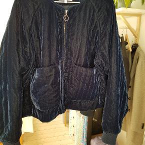 Super lækker blå velour 'bomber' jakke, som desværre er blevet for stor til mig.  Jeg er en S og den passer en normal M.  Jakken har et meget lille mærke (se billede) som man overhoved ikke ligger mærke til! Men derfor sælges en også til en god pris ✌