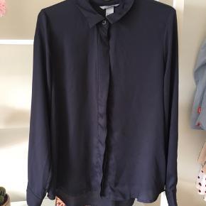 H&M navy-blå skjorte. Lille i størrelsen, passer bedst en 34-36. BYD😊