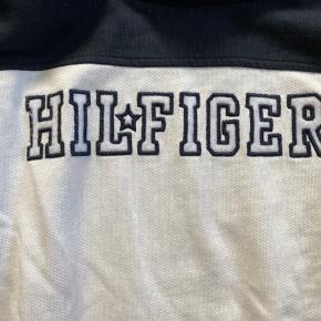 Fin hoodie. Jeg er i tvivl om størrelsen, men jeg skriver det ind så snart jeg får tjekket op på det :)