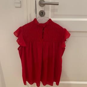 Flot bluse købt i Zara i Cannes. Næsten ikke brugt. Stor i størrelsen, så blusen passer en M og muligvis også en lille L.   Byd! Jeg vil bare gerne af med den, da den fylder i mit klædeskab.