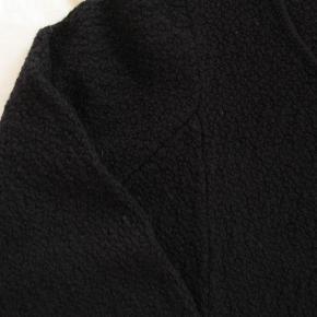 Dejlig tung strik. Fin stand.  100% merinould.  Brystmål ca. 2x55 Længde fra skulderen og ned ca. 95  Jeg tager desværre ikke billeder med tøjet på.