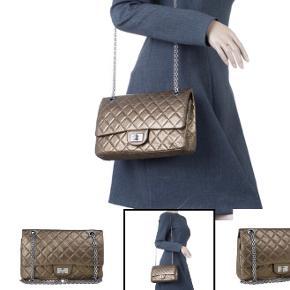 Bytte! Bytter evt til en mindre sort Chanel 2.55 med guld hardware i god stand. Jeg har kvittering. Det er min taske på foto nr. 1. Chanel Reissue i Vintage Gold, god men brugt stand.