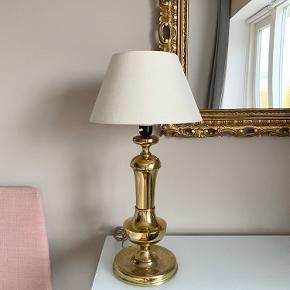 Stor vintage messinglampe med råhvid lampeskærm.  Højde med lampeskærm 58 cm  Bredde på lampeskærm 29 cm  Der medfølger også en lyserød lampeskærm, så man vælger selv om man vil købe den med den lyse eller pinke :)