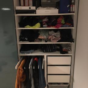 Jeg skal flytte og har desværre ikke plads  til mit store, dejlige garderobeskab. Skabet er velindrettet og super rummelig. Skabet er købt for kun ét år siden.
