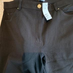 Sorte jeans i stretchy kvalitet. Aldrig brugt og med prismærke. Lommer bagpå og i siderne. Ankellange og kraftig kvalitet.