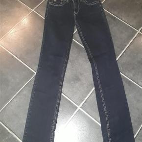 Varetype: jeans Størrelse: 28 Farve: blå Prisen angivet er inklusiv forsendelse.  flotte jeans med stræk fra louis vuitton, de er i den meget gode ende af gode men brugte, da jeg kun har haft dem på ganske få gange ingen fejl og mangler  længde 106 - liv 35 x 2   lækker velsiddende pasform   forsendelse med dao pålægges køber 38 bud fra 300 kr modtages