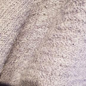 Lys lilla, lavendel farvet strik fra denne sæson. Super lækker,indeholder uld og to slags strik på ærmer og på for og bag stykke. Nypris 699, sælges for kun 250. Bemærk at det er fri fragt via ts i uge 42, så slå til nu.