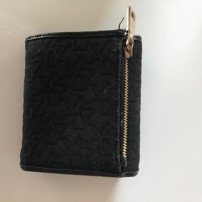 DKNY pung, købt i Neye for en del år siden. Brugt sparsomt.  Sender ikke ☺️