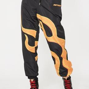 Helt nye RIPNDIP unisex bukser med flammer. SÅ fede og udsolgt mange steder :)