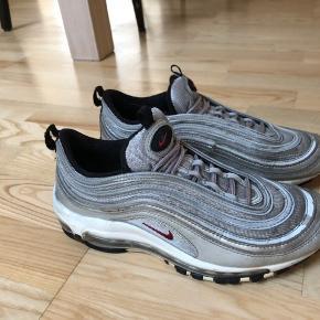 Nike air max 97, str 40 fitter str 39 Skoene er brugt meget, men fremstår stadig i en udmærket stand. Skoen måler 25 cm Np 1200