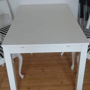Bjursta spisebord fra IKEA. Nypris 1300. Har slitagemærker men fungerer upåklageligt.  Med 2 tillægsplader.