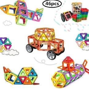 Helt nyt legetøj, et stort sæt med 46 dele: 24 trekanter, 20 firkanter, 2 sæt hjul (med 4 hjul i alt) samt et inspirationshæfte.   Magnetlegetøjet kan bruges sammen med Magformers, Magsmarters samt andre magnetiske byggeklodser af samme størrelse.   Flere sæt haves, så farverne på brikkerne kan være anderledes fra dem, man ser på billederne.   Legetøjet er købt i Europa og er CE-godkendt, således at det er i overensstemmelse med de gældende lovkrav.  Prisen er fast, og bud under den besvares ikke.  P.S. En af kasserne har fået leveringsskader (se billede i kommentarfeltet) og sælges derfor for 230 kr.