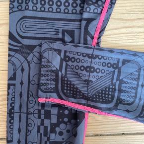 Lette træningstights i grå/sort mønster med pink syninger.