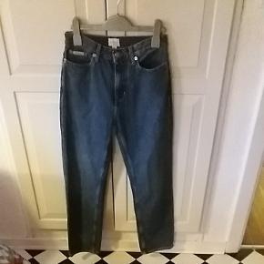 Calvin Klein jeans str. 25/30 Måler 68 cm i taljen og er 90 cm lange. Passer en xs eller en pige på 12-13 år.