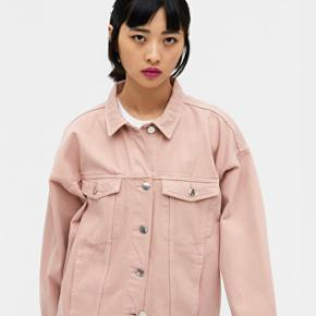 Sød denimjakke i oversized fit fra monki. Brugt 2 gange fejler intet. Fin pastelfarve som bla. Også ses hos Ganni og Stine Goya lige nu.  An oversized classic denim jacket with two chest pockets, two side pockets and metal stud buttons.   • Oversized fit • Point collar • Button placket
