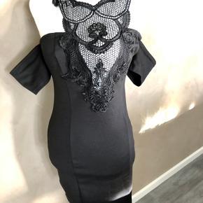 Super udsalg.... Jeg har ryddet ud i klædeskabet og fundet en masse flotte ting som sælges billigt, finder du flere ting, giver jeg gerne et godt tilbud.............. 😀😀😀😀😀😀😀  Elegant kjole str S  * Brugt 3 gange