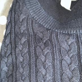 Sælger denne bløde sweater i mørkeblå fra H&M