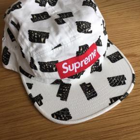 Jeg sælger en Supreme 5-panel cap med Supreme Box Logo.