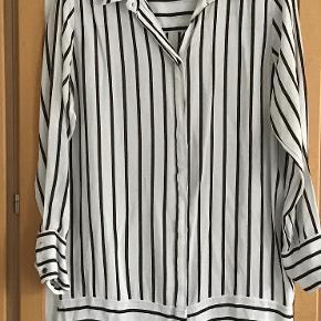 Smuk og lækker lang skjorte . Måler fra ærmegab til ærmegab 51 cm. Længden 82 cm. 100 % viscose.