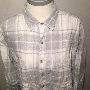Hvid og grå ternet skovmandsskjorte. Oversize. Størrelse xl.