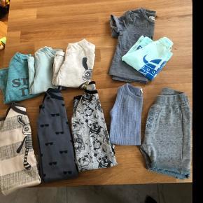 Tøjpakke i str. 68-74 til dreng sælges. Indeholder: 3 t-shirts str. 74 fra Small Rags. 2 t-shirts str. 68 (den ene er fra Danefæ og den anden fra Small Rags) 3 heldragter str. 68 (to er fra Petit by Sofie Schnoor, 1 er fra Small Rags) 1 undertrøje-body str. 68/6 mdr. fra Marmar 1 par shorts str. 68/6 mdr. fra Marmar  Alt er i pænt stand og velholdt. Noget er næsten som nyt. Fra røg- og dyrefrit hjem.