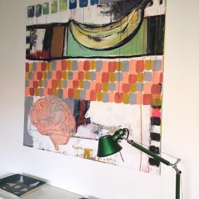"Maleri i mål b 120 x h 100.   Titel: ""Brain or banana?""  Lærred med akrylmaling, blæk, kridt m.m."