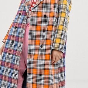 Lækreste frakke fra Mads Nørgaard Købt for 3500,-  Sælges, da jeg desværre ikke får den brugt. Slid et sted nederst på frakken - sælges derfor billigt :-)
