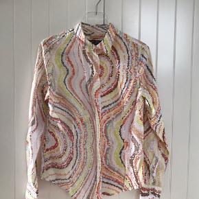 Fin skjorte fra Paul Smith. Den er str 44, men lille i størrelsen (svarer nærmere til 38-40). Købt hos Paul Smith i London.