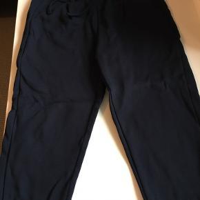 Lækre mørkeblå bukser i kraftig Sweat kvalitet. Har justerbar elastik i taljen og lommer. Afh i 6710