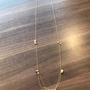 80 cm kæde med fastgjorte små sorte sten i guldblade, fin stand. Låsen er skiftet til sølv/stål.