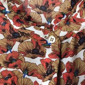 Den fineste bluse med print i smukke farver. Brugt en gang - fremstår som ny!