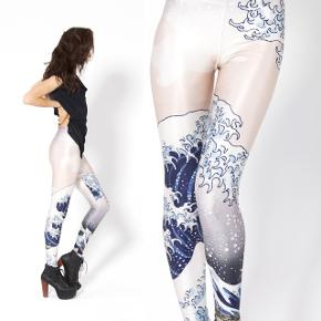 Black Milk leggings med Katsushika Hokusais 'The Great Wave...' i fin stand.   Ps Jeg bytter gerne, hvis du har noget spændende 🕵🏻♀️