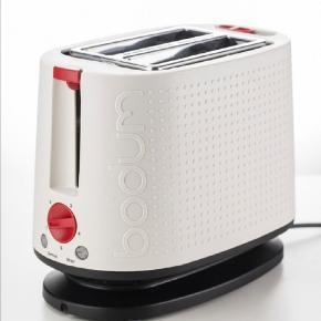 BODUM BISTRO 2-skivers Toaster er designet til at riste brødet til perfektion. • Forskellige brunings- og temperaturindstillinger med knapper til optøning og at afbryde • Justérbare gitre sørger for et sikkert greb omkring brødet, mens toasteren er i brug • Aftagelige krummebakke for nem rengøring • Pop-up-varmestativ til boller, croissanter, brød og mere • Integreret udtræksbakke til krummer for nem rengøring • Bund på fod med ledningsholder, så ledningen kan justeres og opbevares pænt • Ydre, der er køligt at røre ved og nemt at rengøre