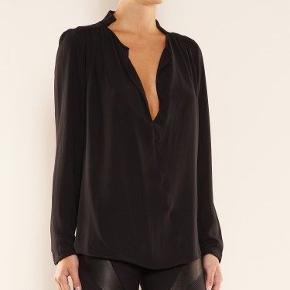 """2 skjorter i model """"Lancie"""" Creme og sort  De er begge gået i stykker nederst på det ene ærme (se billeder - hvor man knapper) Ellers er de i fin stand  Samlet 250 kr"""