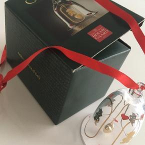 Næsten som ny, stadig i original æske.  Nej tak til bytte!  Årets juleklokke glasklokke klokke 2001 Farve: Glas Oprindelig købspris: 98 kr.